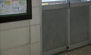 141116_破損した交番ドア.jpg